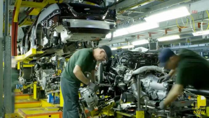 ジャガー工場 生産ライン|エンジンの取り付け作業