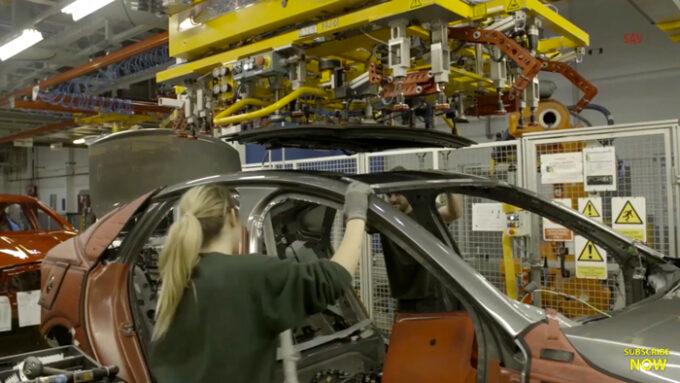 ジャガー工場 生産ライン|ガラスルーフの取り付け