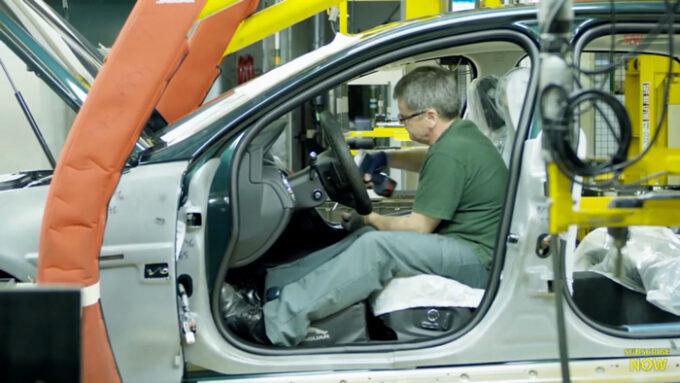 ジャガー工場 生産ライン|車内の仕上げ