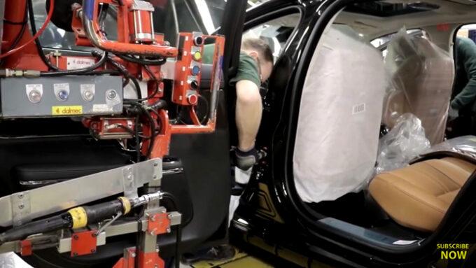 ジャガー工場 生産ライン|ドアの取り付け