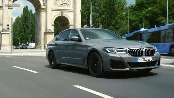 NEW BMW 5シリーズ|パリの街を走行