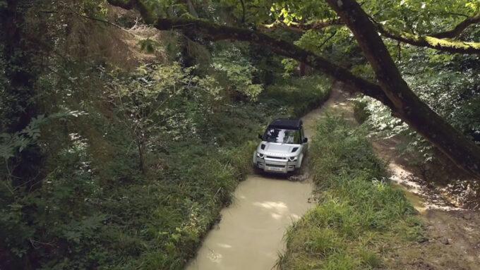 ランドローバー・ディフェンダー|泥濘みの走行
