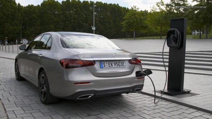 メルセデス・ベンツ E300e PHV|充電