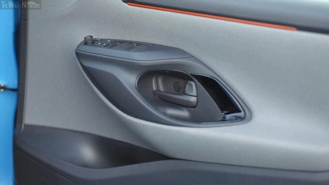 2020トヨタ ヤリス ZR ハイブリッド(シアンメタリック・ブラックルーフ)|内側ドアハンドル