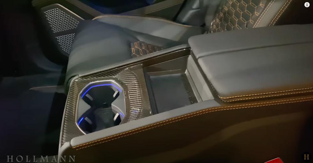 ランボルギーニ・ウルス:内装(インテリア)後席のドリンクホルダー