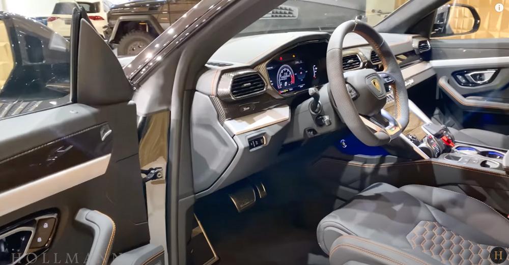 ランボルギーニ・ウルス:内装(インテリア)運転席