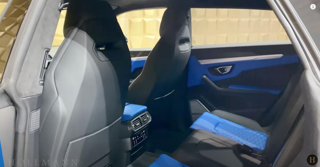 ランボルギーニ・ウルス(マットグレー)マンソリー 内装:後部座席の雰囲気