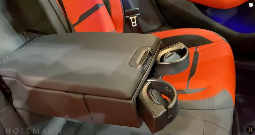 メルセデス・ベンツ GT 63S AMG 4M ブラバス800:後部座席のドリンクホルダー