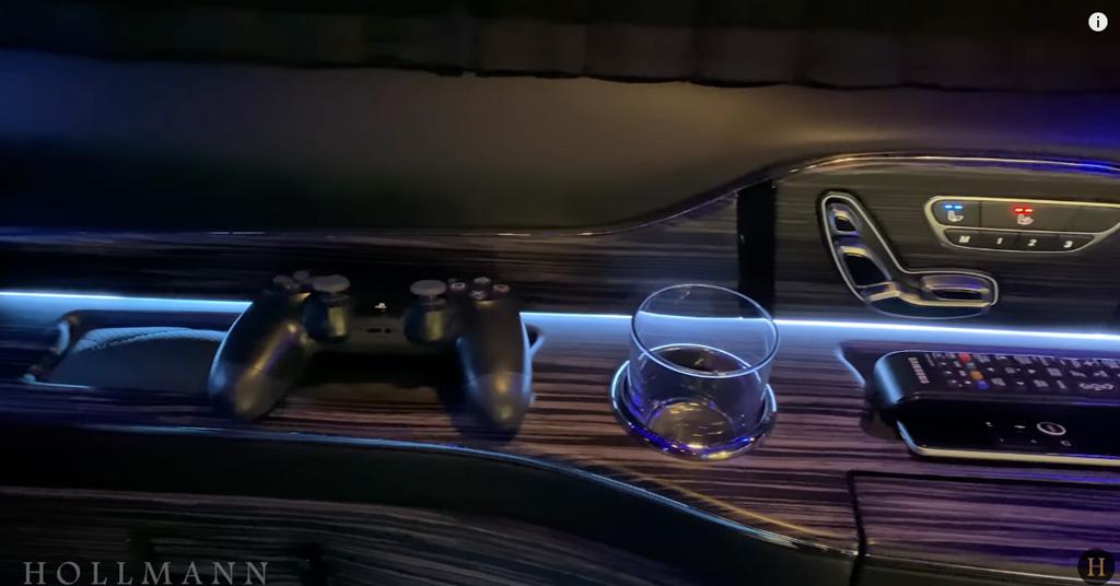 メルセデス・ベンツ V300d 4M カスタマイズド:プレステも完備
