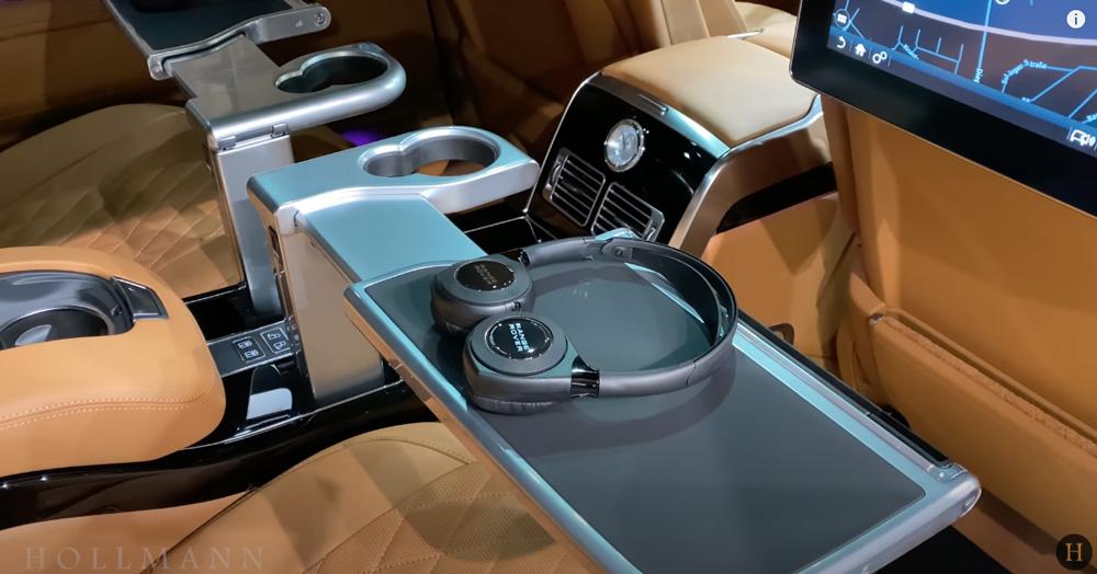 レンジローバー 5.0 V8:シートのテーブルとヘッドフォン